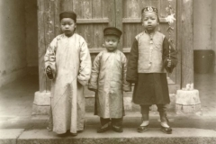 Chinesisches Neujahr: Buben im Neujahrsstaat / The chinese New Year, boy with the New Year costume